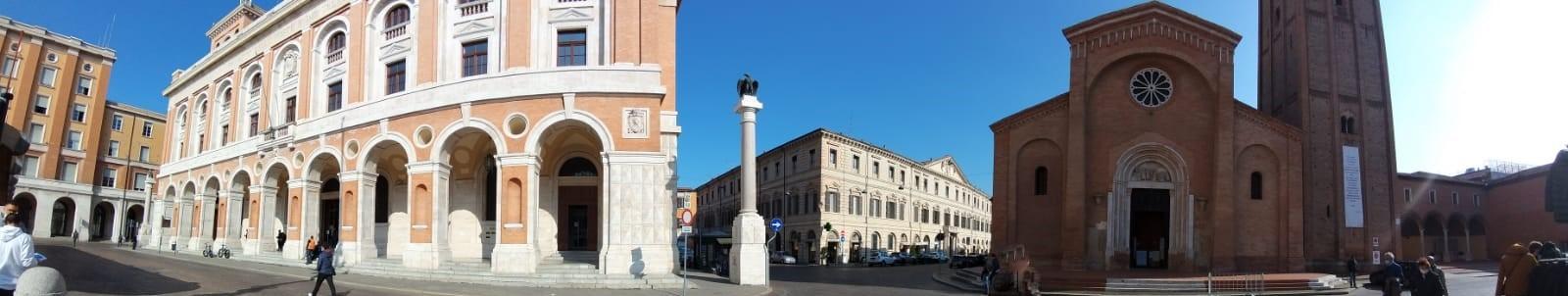 Forlì da sinistra a destra palazzo delle Poste e San Mercuriale in piazza Saffi 6 novembre 2020 foto Aurora Ciminnisi