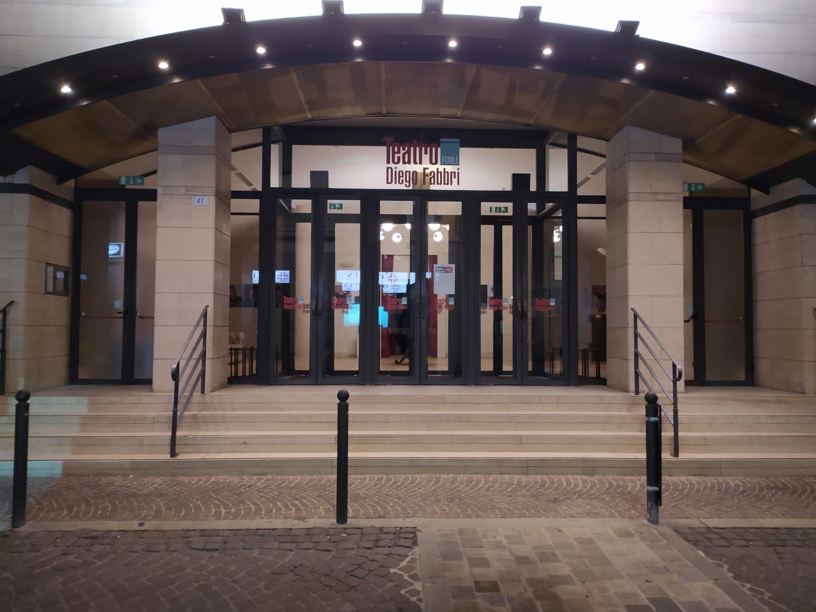 Il Teatro Diego Fabbri fu chiuso il giorno precedente l'apertura della stagione invernale, in ottemperanza al Dpcm. Aveva appena inaugurato il dono del lampadario che da allora è rimasto acceso nell'atrio ad aspettare gli spettatori.