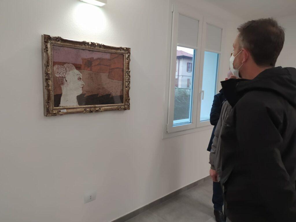 Avis Forlì: l'assessore Melandri in visita alla palazzina restaurata. Un quadro alla parete della sala riunioni.