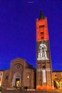 Forlì piazza Saffi Natale 2020 il Settecento - videomapping sul campanile di San Mercuriale nella foto di Achille Arpinati